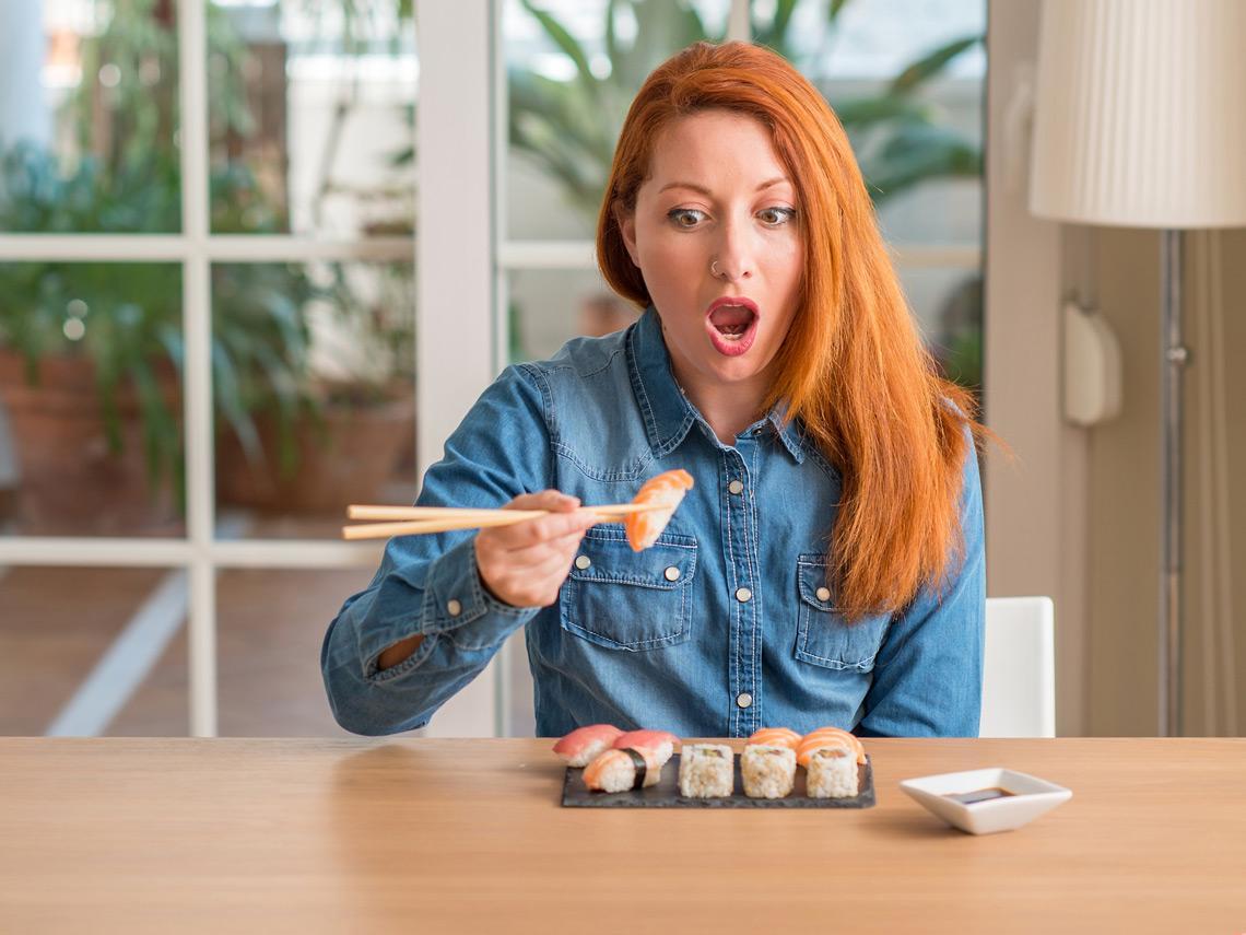 Mujer comiendo sushi