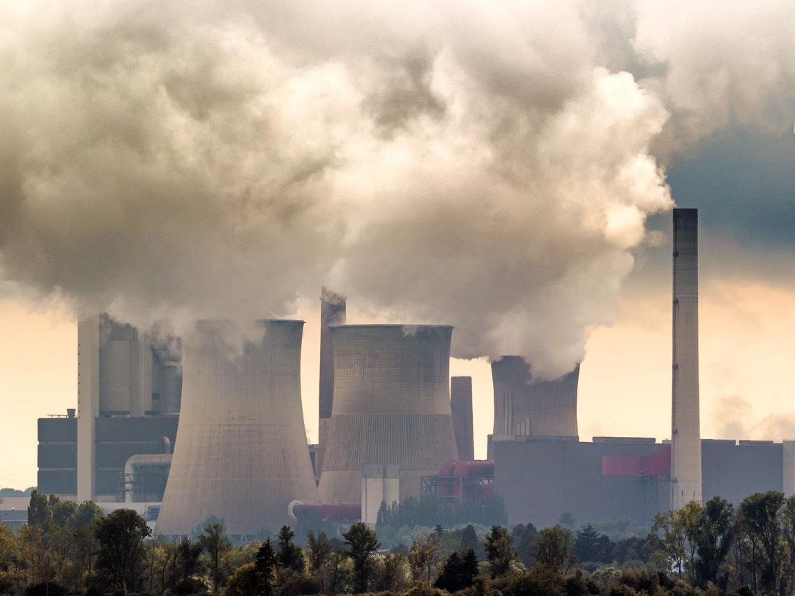 Fábrica de carbón contaminando el aire