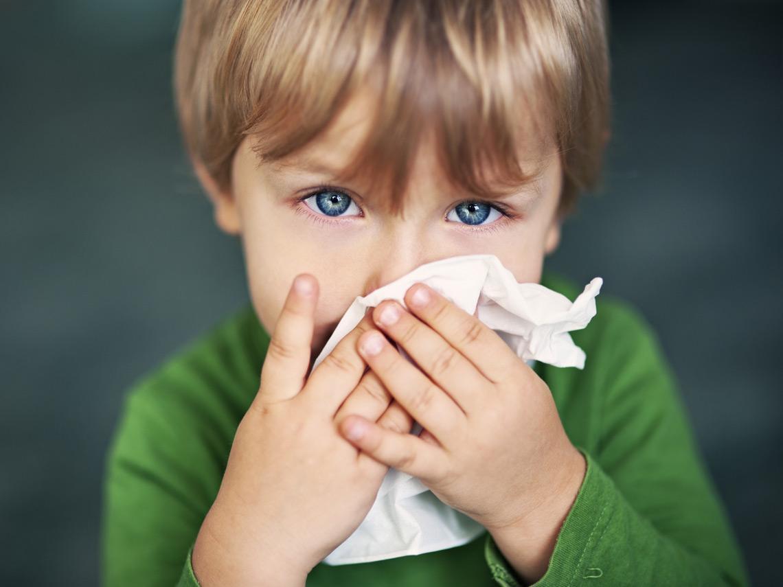 Niño con pañuelo blanco