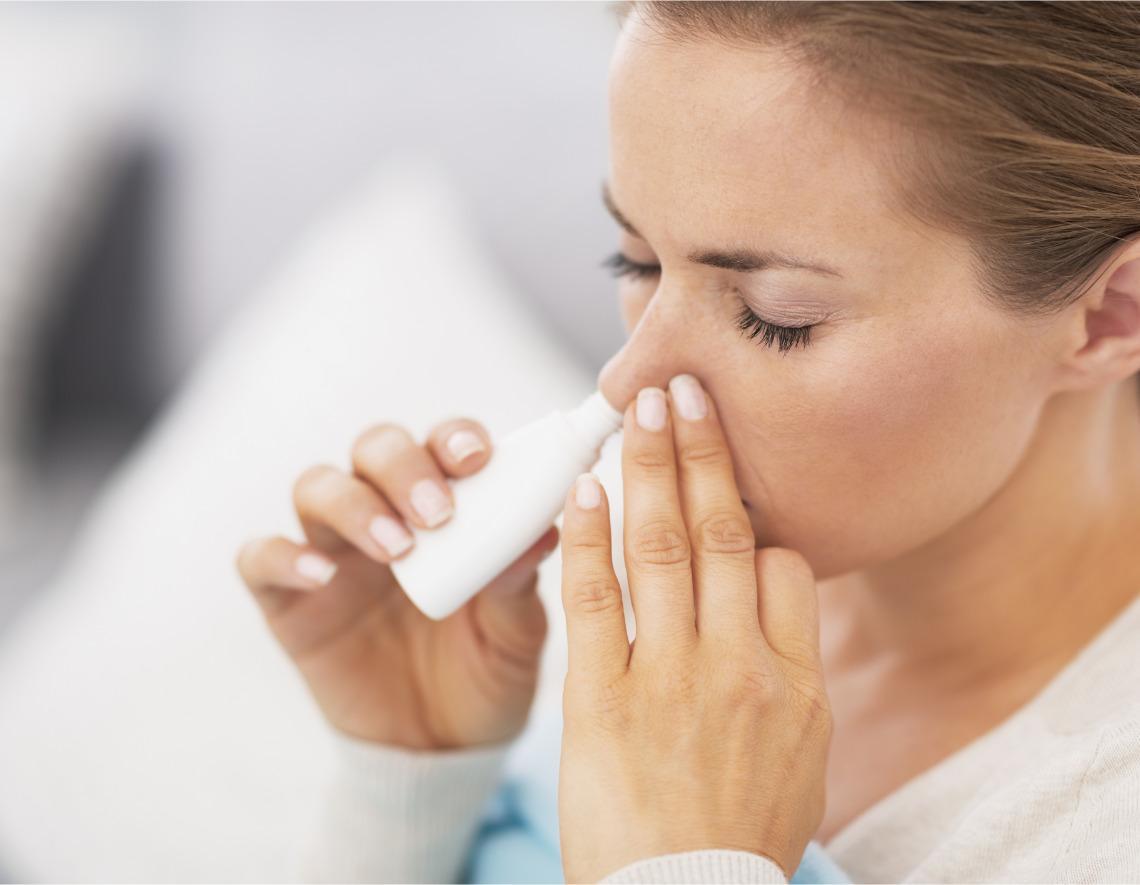 Mujer con inhalador