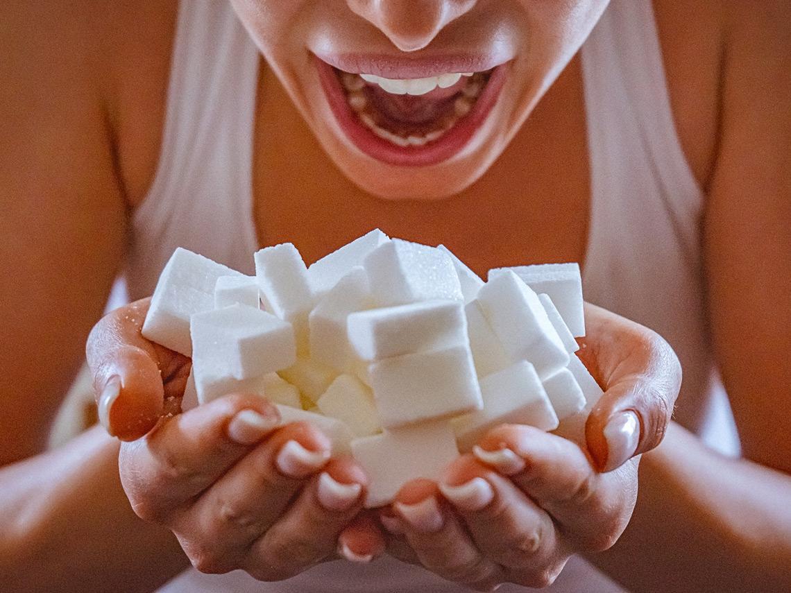 Mujer con terrones de azúcar en las manos