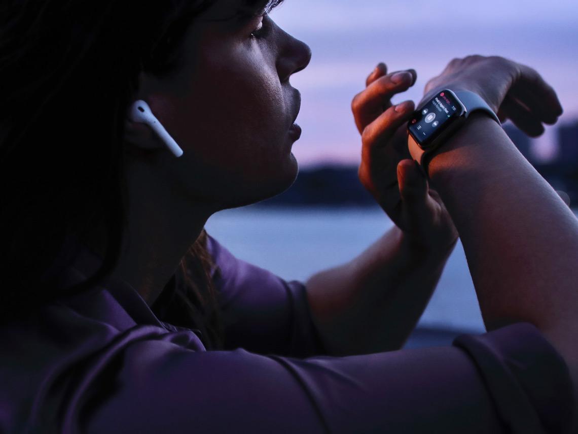 Mujer con un Apple Watch
