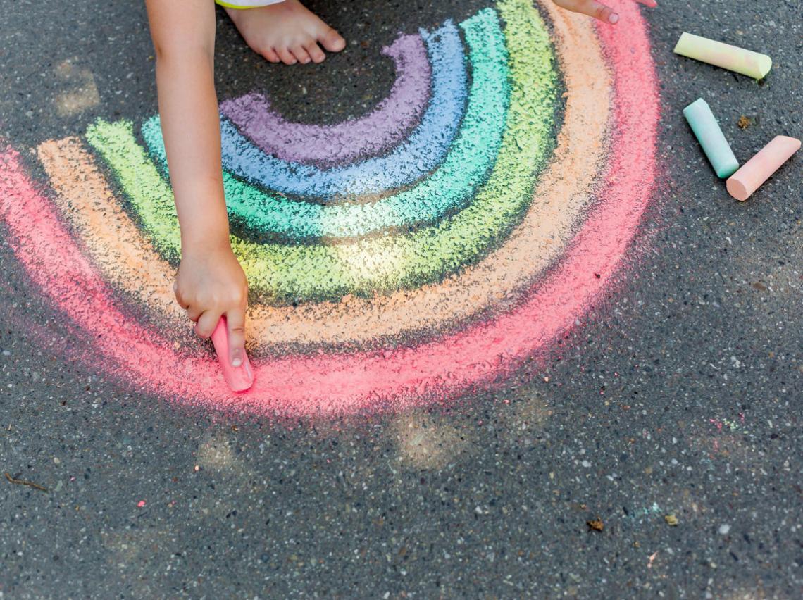 arcoíris pintado en tiza