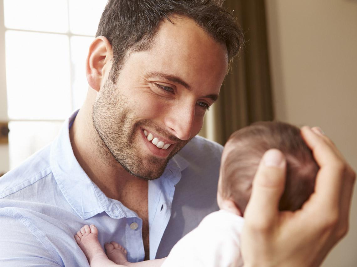 Hombre con bebé en brazos