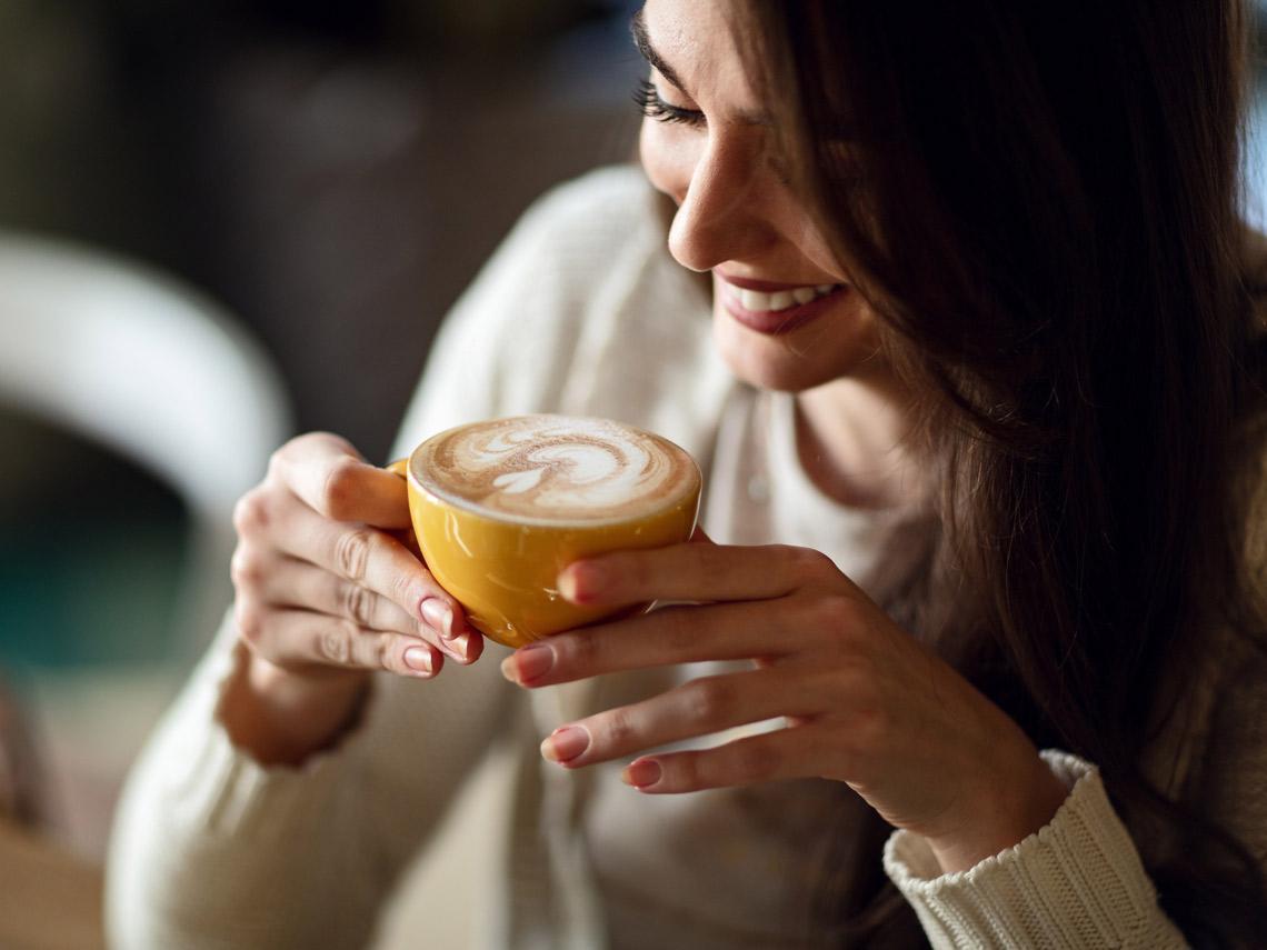 Mujer con taza de café en las manos