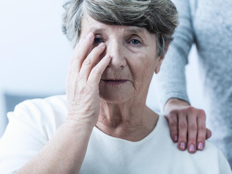 Mujer mayor con alzhéimer
